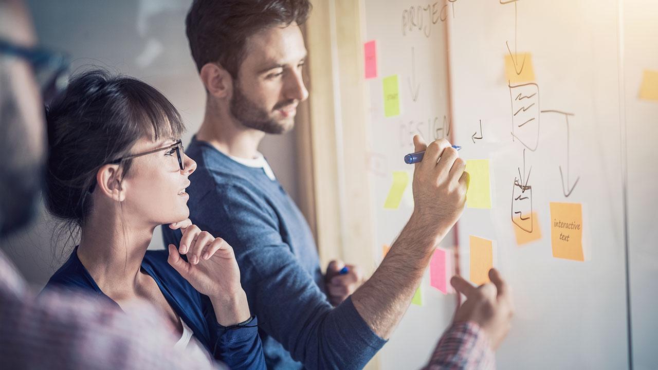 Für die professionelle Mitarbeit in einem agilen Projektumfeld stellt die Expleo Academy ein umfangreiches, stetig wachsendes Ausbildungsprogramm bereit: Wollen Sie sich einen ersten Eindruck über agile Frameworks verschaffen? Dann bietet Ihnen unsere Schulung iSQI® Certified Agile Essentials (CAE) einen sehr guten Überblick über agiles Vorgehen und die notwendigen Grundbegriffe. Weiterführende rollenspezifische Kurse runden das Angebot ab, wie etwa der iSQI Certified Agile Business Analyst (CABA) oder die Trainings von scrum.org, wie z. B. der Professional Scrum Master (PSM I) oder der Professional Scrum Product Owner (PSPO I).